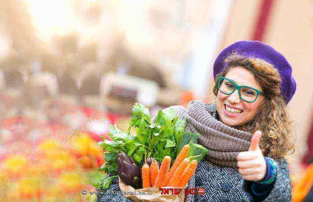 לקוחה מרוצה ברקע ירקות ופירות לאחר שעברו הדברה