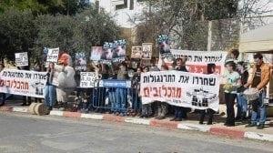 פעילי אנונימוס מפגינים נגד קומבינת הכלובים מול משרד ראש הממשלה