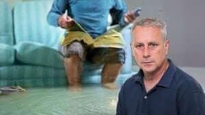 ערן סיב יושב ראש התאחדות קבלני שיפוצים בישראל ברקע: דייר בדירתו המוצפת