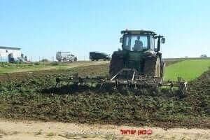 מפקחי רשות מקרקעי ישראל מסירים גידולים חקלאיים באזור רהט |צילום: רשות מקרקעי ישראל