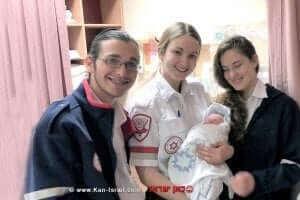 מתנדבי נוער מדא עם התינוק מימין: זיו במברגר, נעה אוסטר ושקד רון-טל |צילום: מדא