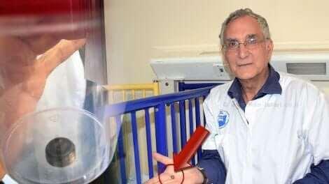 דר' אבי און, מרכז הרפואי פדה-פוריה, עם הסוללה שגרמה לכיב בקיבת תינוק