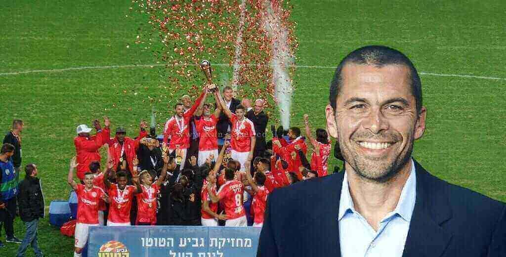 מאמן גיא לוי ברקע: הפועל באר שבע זוכת גביע הטוטו בעונת הכדורגל 2016-17