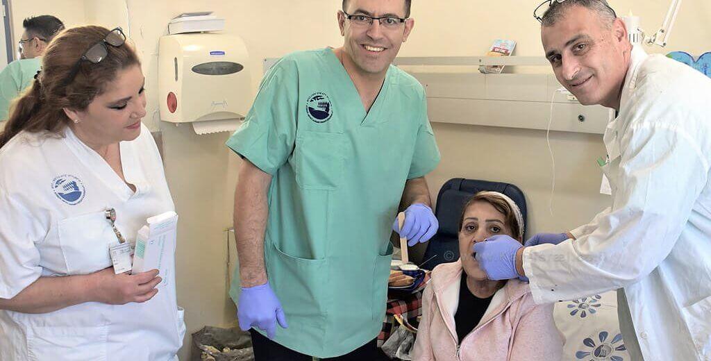 פרופ' אבו אל נאעג', המנותחת רותי עמרוסי, אחות חיה מרי, דר' אבו ג'בל מהמחלקה לכירורגיית הפה והלסתות, המרכז הרפואי פדה-פוריה