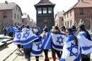 תלמידים מישראל בביקור בפולין במחנות המוות של הנאצים בתקופת השואה
