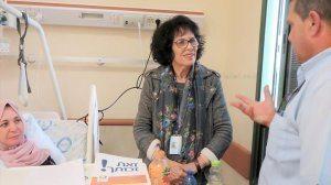 מלוות ההחלמהשל המרכז הרפואי הלל יפה, הגב' נאווה קלמנטס בשיחה עם מטופלת ובן משפחתה