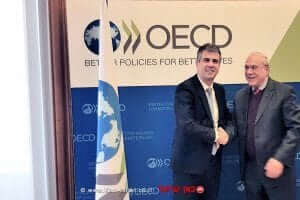 אנחל גוריה מזכל ה-OECD, עם אלי כהן, שר הכלכלה והתעשייה