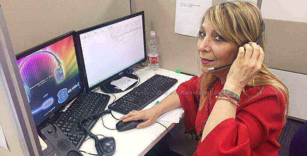 מנכלית משרד המשפטים אמי פלמור, במוקד הטלפוני בעיר באר שבע