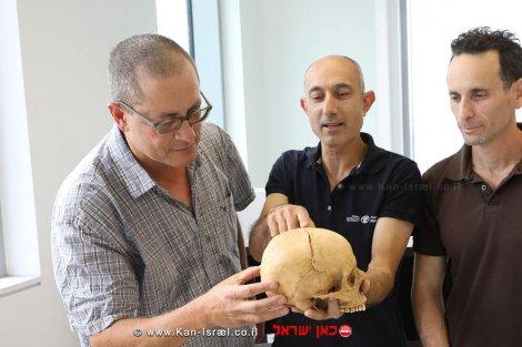 פרופ' זיסו, דר' נגר ודר' כהן עם הגולגולת שנתגלתה