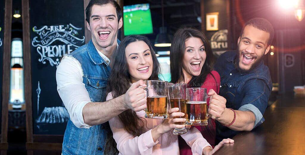 צעירים שותים בירה בפאב