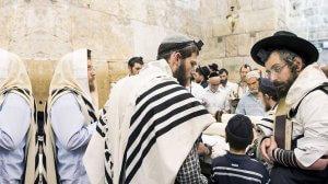 גברים יהודים מתפללים בכותל המערבי