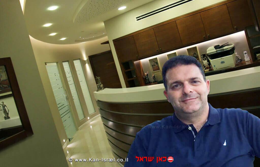 עורך דין אלביר מני ברקע משרדו בעיר עפולה
