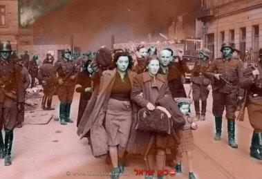 חיילים נאצים מגרשים יהודים מהגטו