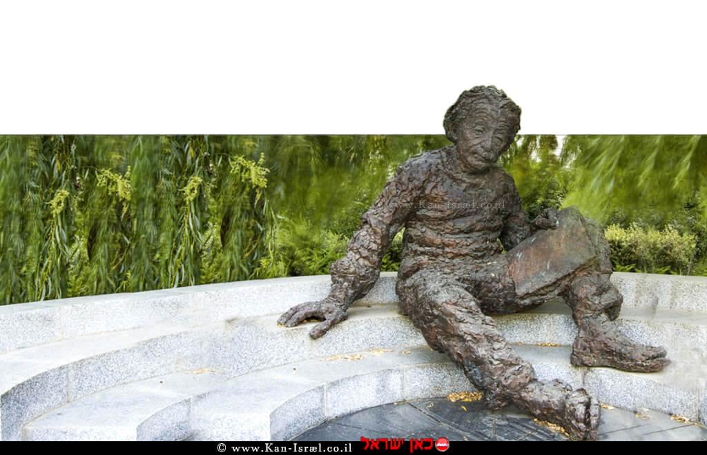 פסל של אלברט איינשטיין בכניסת האקדמיה למדעים – צילום: אודי קצמן | עיבוד צילום: שולי סונגו