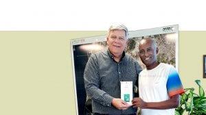 דניאל בלטה הסופר החדרתי בן העדה של יוצאי אתיופיה מעניק לראש העיר חדרה את ספרו החדש