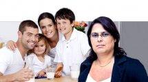 נאוה זקן, מנהלת מינהל אכיפה ומדידה במשרד הכלכלה והתעשייה | ברקע: משפחה שותה חלב | עיבוד צילום: שולי סונגו