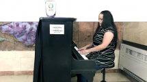 הנגנית והיוצרת נאויה קחמוביץ' קיבוצינקית מ-מגל בנגינה בפסנתר לקהל במרכז הרפואי הלל יפה
