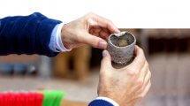 המטמון הנדיר באתר החפירות בגן הלאומי קיסריה, הכולל 24 מטבעות זהב ועגיל זהב |צילום: יניב ברמן, באדיבות החברה לפיתוח קיסריה