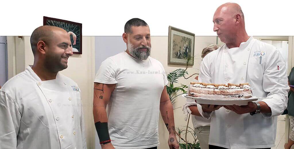 צוות המרכז הרפואי הלל יפה-חדרה, מפתיע ומעניק לשף אסף גרניט, עוגת יום הולדת   צילום: דוברות הלל יפה   עיבוד צילום: שולי סונגו