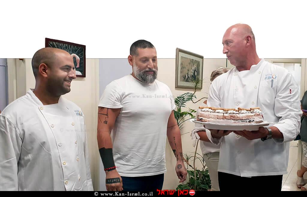 עוגת יום הולדת לשף אסף גרניט במרכז. מימין: גרשון קיגל- מנהל מטבח וחדר אוכל. משמאל: בן גואטה- טבח ראשי | צילום: דוברות הלל יפה | עיבוד צילום: שולי סונגו