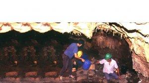 עבודות במערת נטיפים ב-פְּקִיעִין,תגלית ארכאולוגית ייחודית ששמשה כמערת קבורה לפני 6,500 שנה, כפי שנחשפו ב-1995 |צילום: הווארד סמיטליין, רשות העתיקות