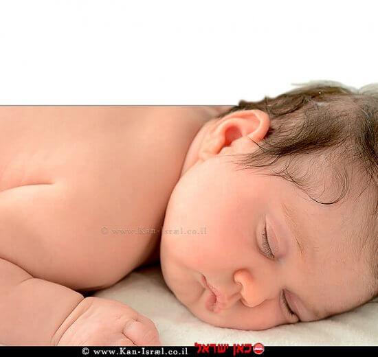 תינוק במיטה |בטיחות תינוקות וילדים בשינה - הנחיות ארגון 'בטרם' | צילום: אילוסטרציה | עיבוד שולי סונגו
