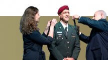 אביב כוכבי מקבל דרגת רב אלוף על ידי ראש הממשלה ושר הביטחון מר בנימין נתניהו ורעייתו של כוכבי בטקס חילופי הרמטכל | עיבוד צילום: שולי סונגו