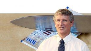 פרופ' מישל סטרבצ'ינסקי, מנהל חטיבת המחקר בבנק ישראל, ברקע: קיצוץ בתקציב כלכלת ישראל | עיבוד צילום: שולי סונגו
