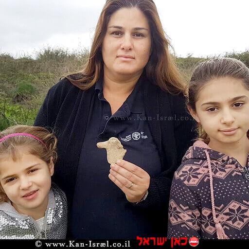 מימין לשמאל: מאיה, איילת והדס גולדברג עם צלמית הסוס מתקופת ממלכת ישראל שמצאו בעמק בית שאן | צילום: ניר דיסטלפלד, רשות העתיקות| עיבוד צילום: שולי סונגו