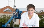 ראש עיריית כפר יונה, הגב' שוש (שושי) כחלון-כידור; ברקע התקנת מצלמת אבטחה בכפר יונה | צילום: דוברותכפר יונה | עיבוד צילום: שולי סונגו