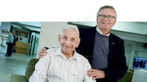 מוטי רוזנבלום עם ידידו, נוח שלקאר בן ה-101 | עיבוד צילום: שולי סונגו