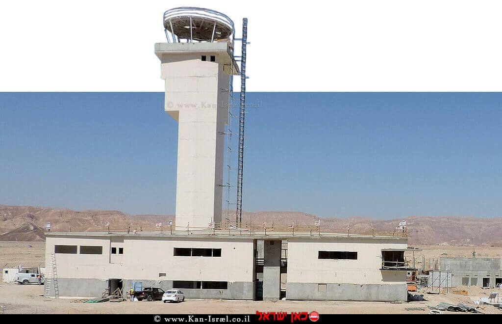 מגדל הפיקוח של שדה התעופה רמון בעת בנייתו בשנת 2016 | צילום: ויקיפדיה | עיבוד צילום: שולי סונגו