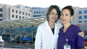 ענת יפה מנהלת היחידה לאנדוקרינולוגיה וסכרת משמאל ובתה המיילדת יובל (יפה) מושקוביץ, העובדות ב-מרכז הרפואי הלל יפה | עיבוד צילום: שולי סונגו