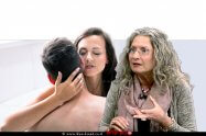 אסנת הראל מנכלית מכון אדלר | ברקע: זוג אוהבים | עיבוד צילום: שולי סונגו
