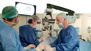 דר' ביאטריס טיאוסנו, מנהלת מחלקת עיניים מבצעת את הניתוח בשתל הזעיר, בסיוע דר' ערן ברקוביץ, רופא בכיר במחלקה | עיבוד: שולי סונגו