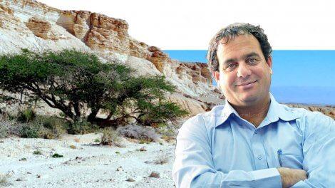 דר' אייל בלום ראש המועצה האזורית הערבה התיכונה ברקע: נוף בערבה התיכונה | עיבוד צילום: שולי סונגו
