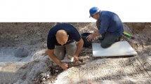 עבודות שימור הכתובת באתר הארכיאולוגי הגת המשוכלל להכנת יין ב-צור נתן | צילום: ראלב אבו דיאב, רשות העתיקות | עיבוד צילום: שולי סונגו