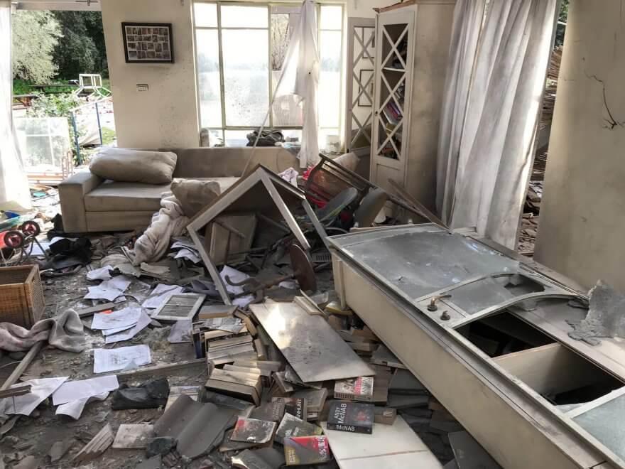 הנזק לבית שנפגע במשמרת | צילום קובי תמם, דוברות כבאות והצלה