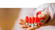 ילד מחזיק נפצים ומצית בידו | צילום: משרד הכלכלה והתעשייה | עיבוד צילום: שולי סונגו