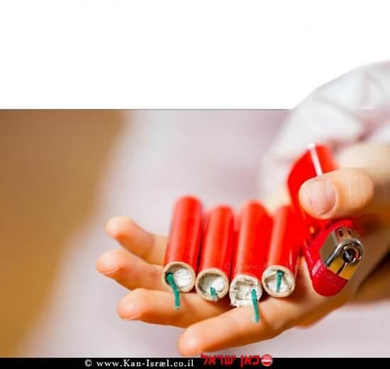 ילד מחזיק נפצים ומצית בידו   צילום: משרד הכלכלה והתעשייה   עיבוד צילום: שולי סונגו