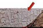 חץ המורה על הכתובת שנחשפה באתר, הנושאת את השם חלוצה | צילום: טלי גיני, רשות העתיקות | עיבוד צילום: שולי סונגו
