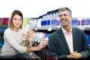 אלי כהן שר הכלכלה והתעשייה | ברקע הדמיית צרכנית בין משחות שיניים ודאודורנטים | עיבוד צילום: שולי סונגו