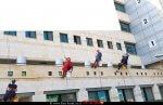 """עובדי חברת הניקיון """"גבהים"""" של חלונות מרכז הרפואי על שם הלל יפה, הופיעו בחלונות חדרי המאושפזים מחופשים ל""""גיבורי העל המצויירים"""" והעניקו למאושפזים משלוח מנות לפורים"""