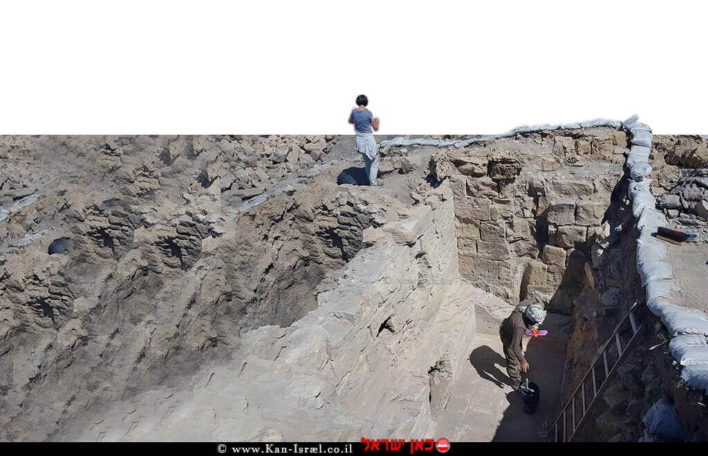 סטודנטים מאוניברסיטת קלן, עובדים בחדר הסקה של בית המרחץ שנחשף באתר הארכיאולוגי חלוצה | צילום: טלי גיני, רשות העתיקות | עיבוד צילום: שולי סונגו