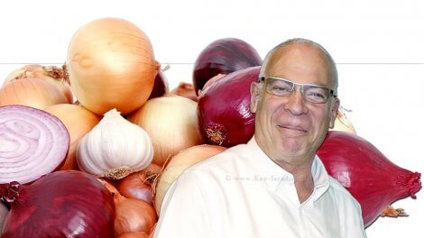 אורי אריאל שר החקלאות ברקע: בצלים