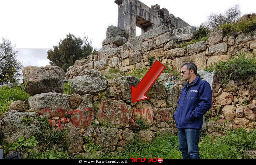 אורי ברגר ארכיאולוג נפת גליל עליון מזרחי ברשות העתיקות, בוחן השחתת אתר קירות בית כנסת בן 1800 שנה במירון