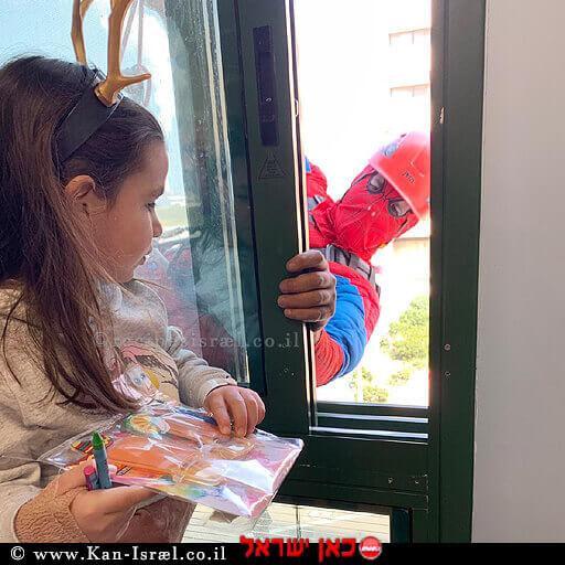 """יובל מסטלמן, בת ה- 4 מתלמי אלעזר, שקיבלה משלוח מנות לפורים ישירות מ""""ספיידרמן"""" עובד חב' גבהים לניקוי חלונות ב-בית חולים הלל יפה חדרה"""