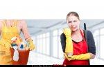 אישה שעסקה בניקיון ביתה נפצעה בידה ברקע אישה עם חומרי וכלי ניקוי | עיבוד צילום: שולי סונגו