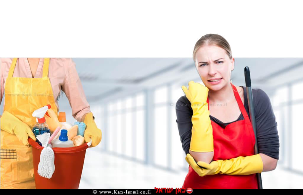 אישה שעסקה בניקיון ביתה נפצעה בידה ברקע אישה עם חומרי וכלי ניקוי | עיבוד הדמייה: שולי סונגו