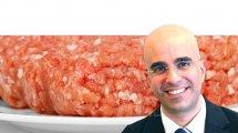 דני טל מנהל מינהל היבוא ויושב ראש ועדת המכסות, של משרד הכלכלה; ברקע: בשר טחון טרי | עיבוד צילום: שולי סונגו